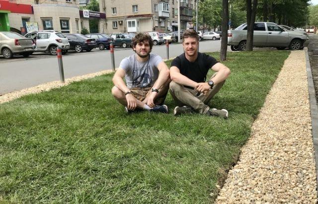 Житель Челябинска обустроил первый в городе частный газон