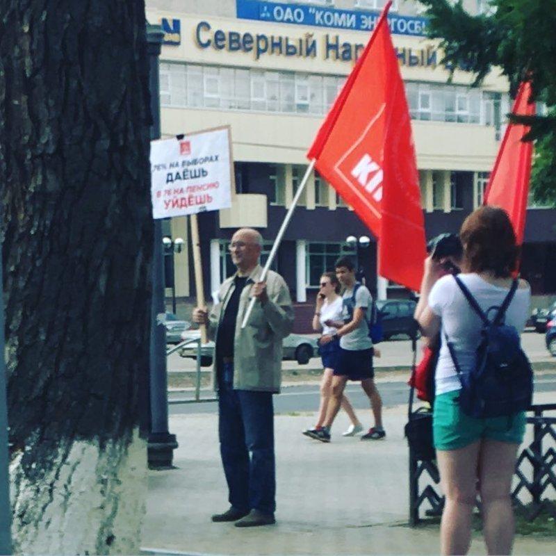"""Логично: на плакате написано """"76% на выборах даешь - в 76 на пенсию уйдёшь"""""""