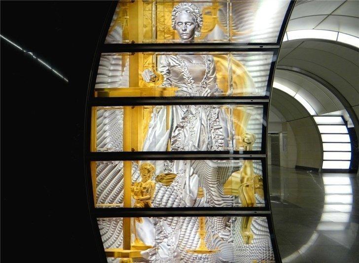 """Трехмерные панно с персонажами """"Недоросля"""" украсили станцию метро в Москве"""
