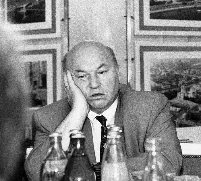 """Юрий Лужков устал считать деньги в """"Инкомбанке"""", 1993 год"""