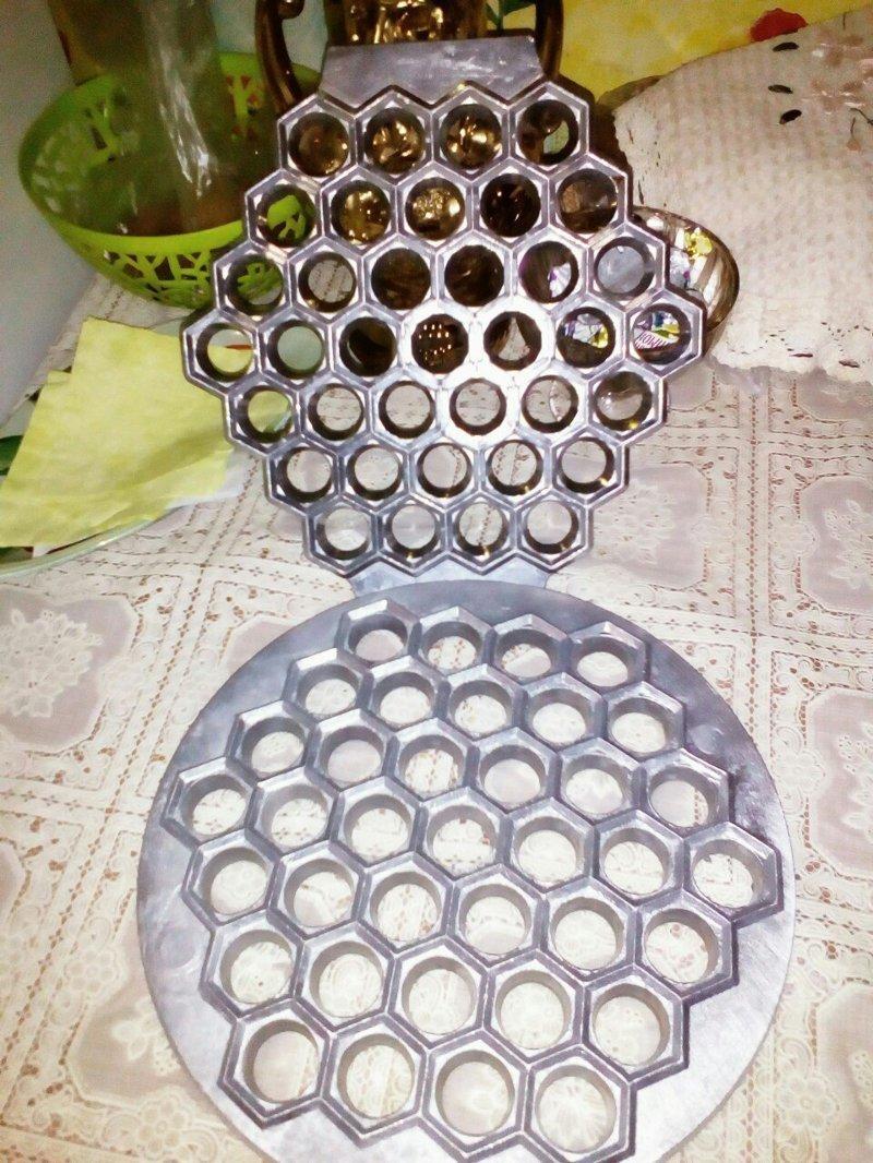 """Основательная форма для выпечки """"орешков""""? Нет, как вы должны уже догадаться, это устройство для быстрой лепки пельменей"""