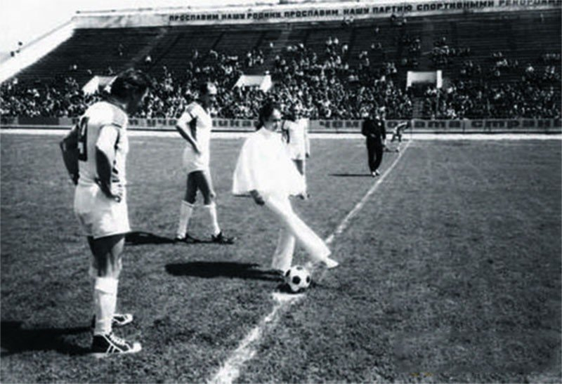 Элина Быстрицкая в элегантной футбольной форме
