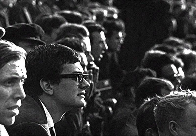 Никита Михалков сморит футбольный матч на стадионе. 1965 год