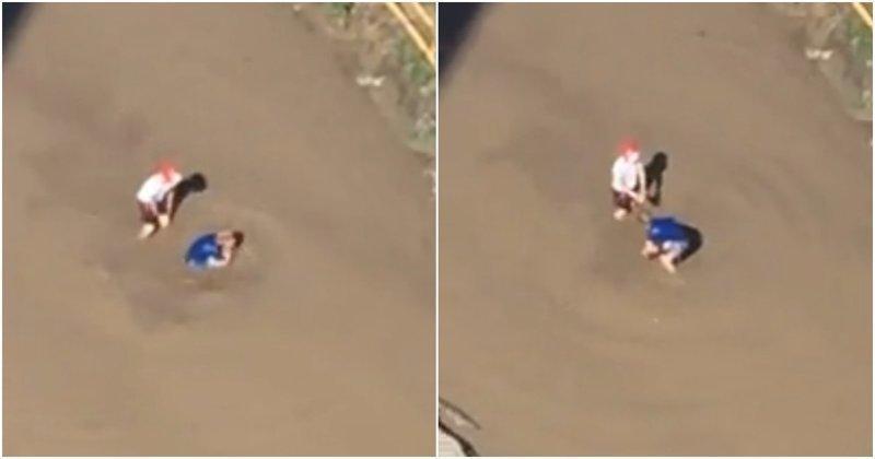 В Барнауле дети превратили грязную лужу в бассейн