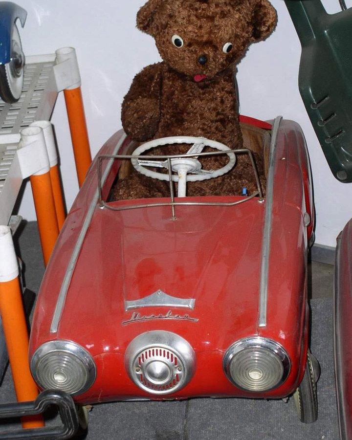 Педальная машинка для водителя-малыша