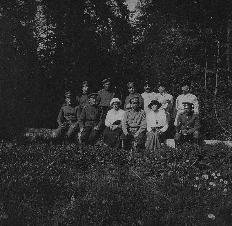 Николай II в Царском селе со свитой и дочерьми - Марией и Ольгой (справа), лето 1917 года