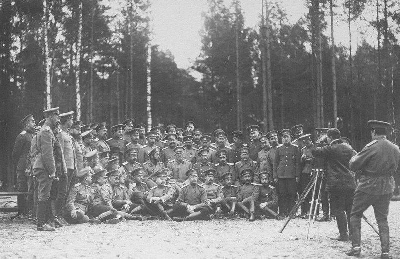 Царь фотографируется с солдатами в начале Первой мировой войны, лето 1914 года