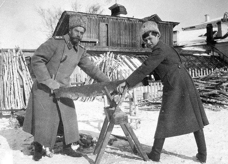 Николай II и цесаревич Алексей в ссылке в Тобольске за распилкой дров, 1918 год