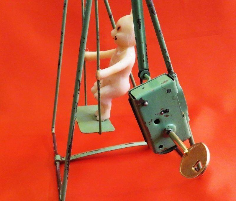 """В советские времена выпускали немало забавных заводных игрушек:  было немало заводных игрушек. Например, заяц на качелях от """"Московского завода механической заводной игрушки"""", конец 1950-х"""