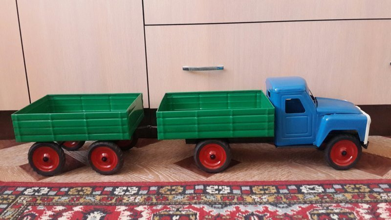 Такие игрушечные автомобили приучали мальчишек к технике