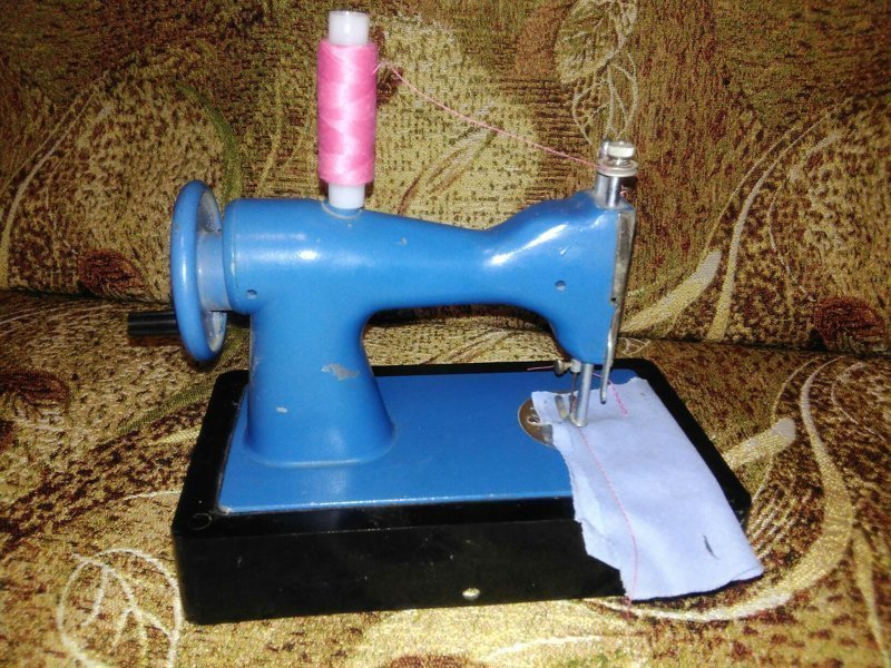 А такая детская швейная машинка позволяла по-настоящему прострочить кукольные одежки