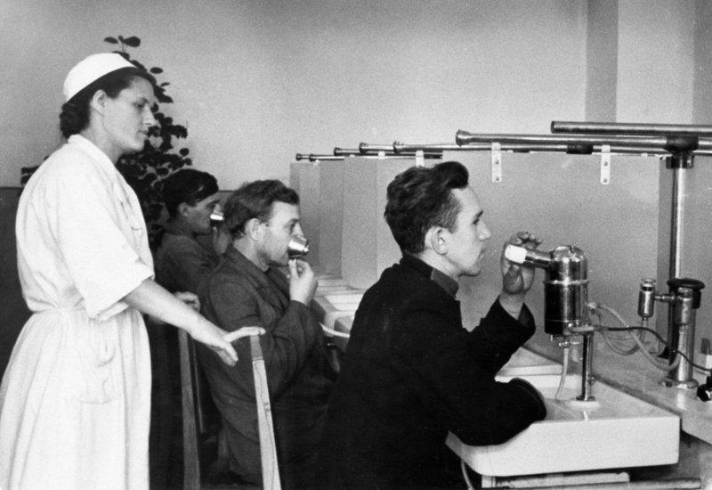Спасение легких шахтера дыхательными процедурами, 1952 год