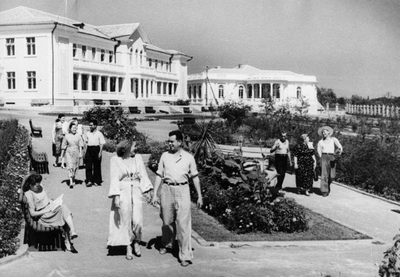 Работники тяжелой промышленности радуются жизни в санатории в Одессе в 1951 году