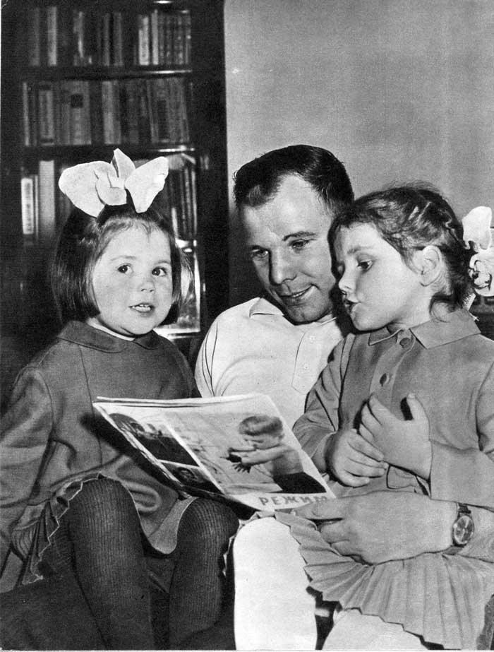 Первый человек в космосе Юрий Гагарин и его земные дочери Лена и Галя