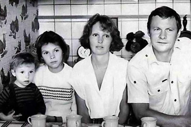 Виталий Соломин, его жена Маша, дочери Лиза и Настя на кухне