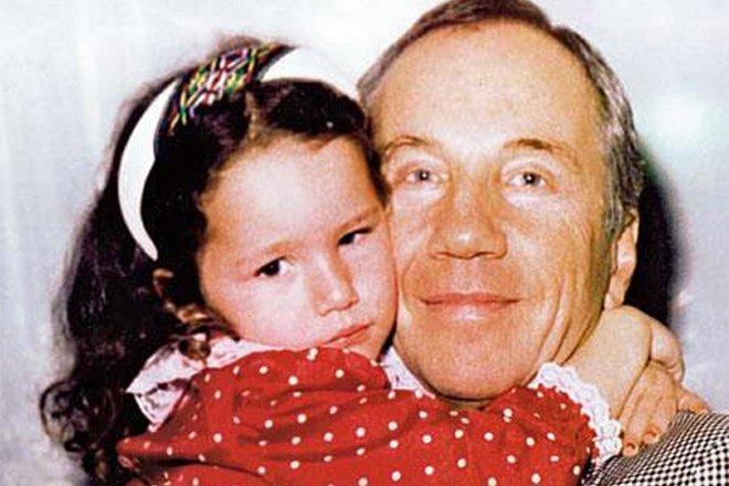 Савелий Крамаров в обнимку с дочкой Бенедиктой