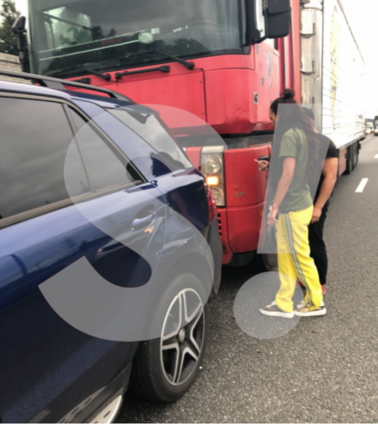 Бузову на МКАДе догнала гигантская фура: Мерседес серьезно пострадал