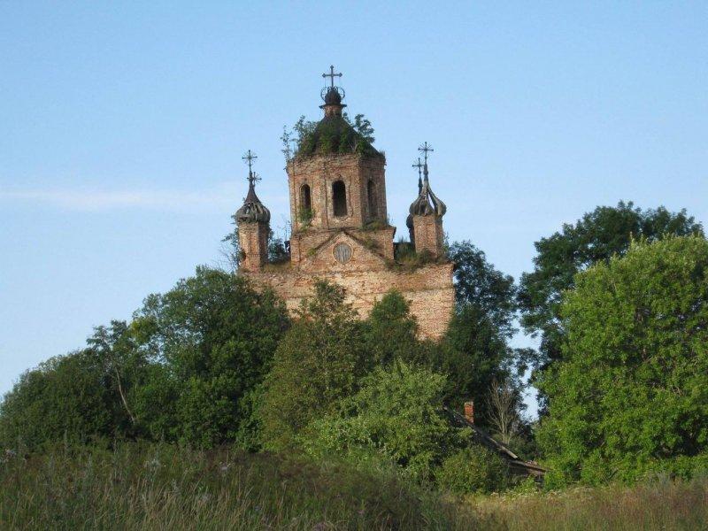 И таких церквей - великое множество на просторах России. Красота и горечь одновременно
