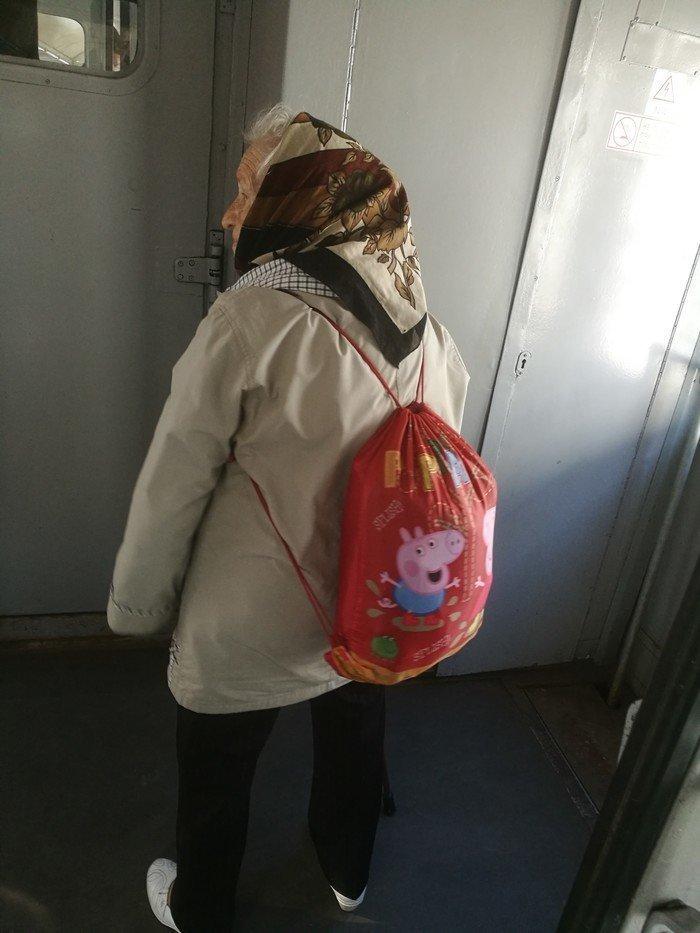 Современные пенсионеры помогают детям носить тяжести...