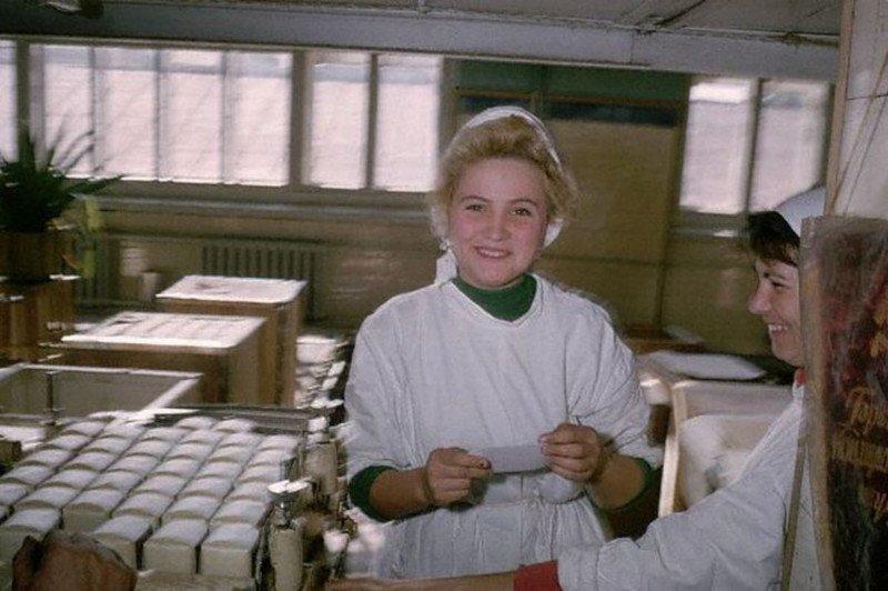 Девушки-фасовщицы работают в Иркутске в 1986 году