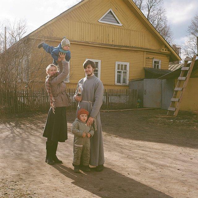 Деревенская молодежь: Оля, отец Илья, Ваня и Алексей