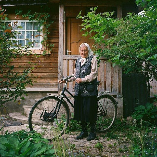 Передвигаться бабушке помогает велосипед