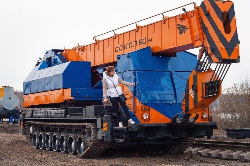 Кран на гусеницах «Сокол-80» может поднять 80 тонн