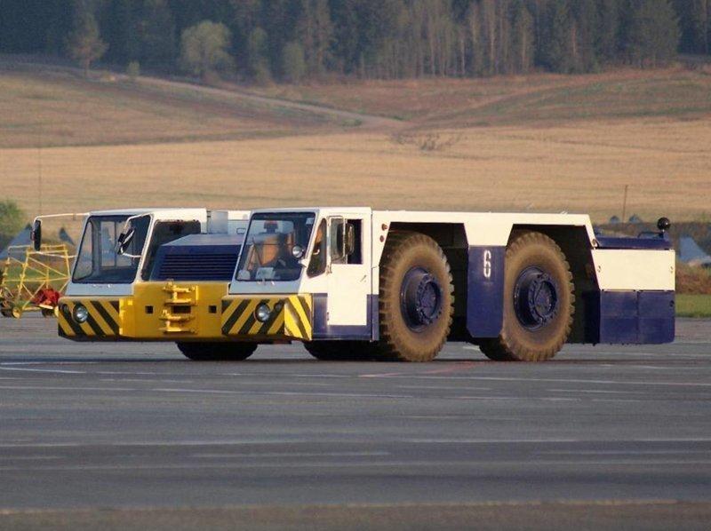 Аэродромный тягач БелАЗ-7421 перемещает самолеты