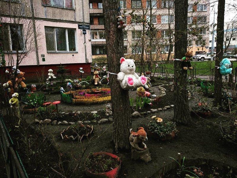 Классика жанра двора в России... Тарантино, возьми на заметку