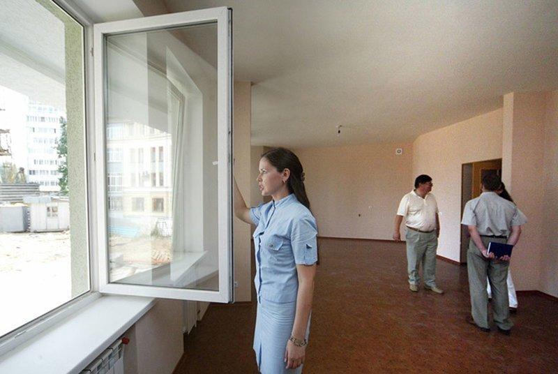 Обязательными атрибутами хорошей жизни стали металлопластиковые окна и железные двери