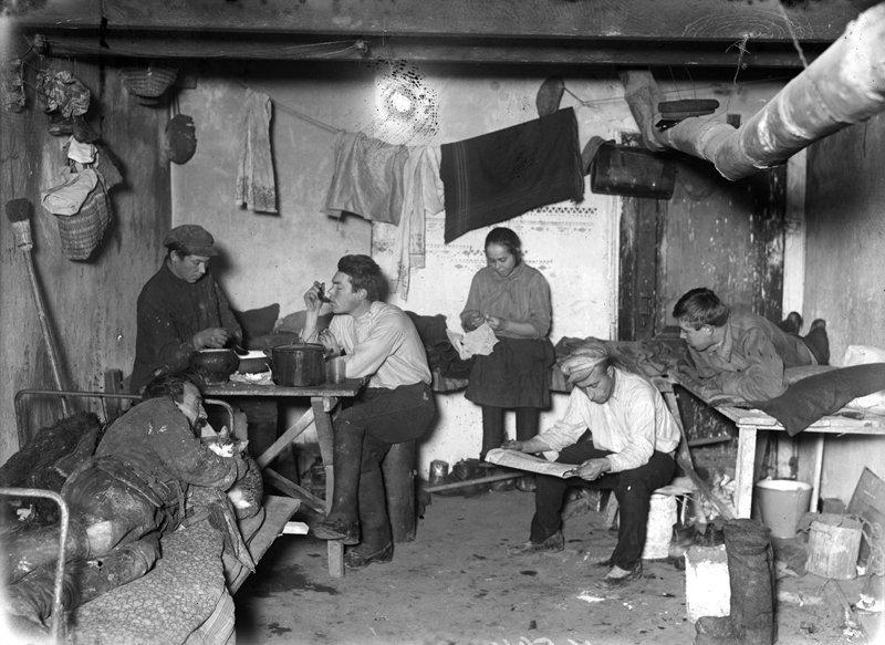 А это уже совсем не студенты, а рабочие в общежитии в Москве в 1928 году