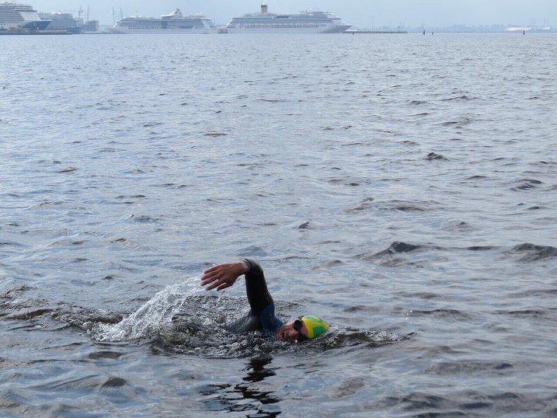 Сибиряк проплыл 25 км из Санкт-Петербурга в Кронштадт за один рабочий день