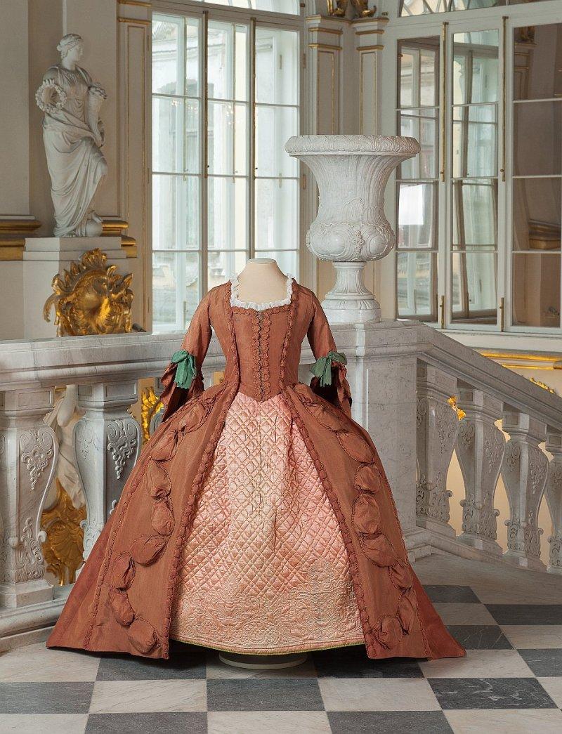 Роброн — парадное женское платье с широкой юбкой на каркасе