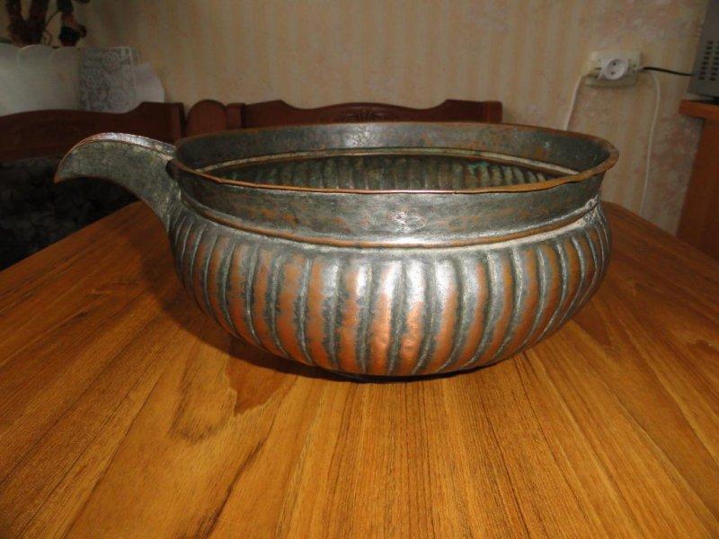 Ендова - большая открытая округлая посудина для вина, пива или браги, металлическая или деревянная, с широким рыльцем (в старом русском флоте - сосуд такой формы, из которого раздавалась водка)