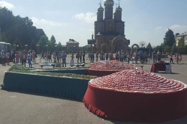 Жители городка в Кузбассе возвели скульптуру из пончиков, чтобы прославиться