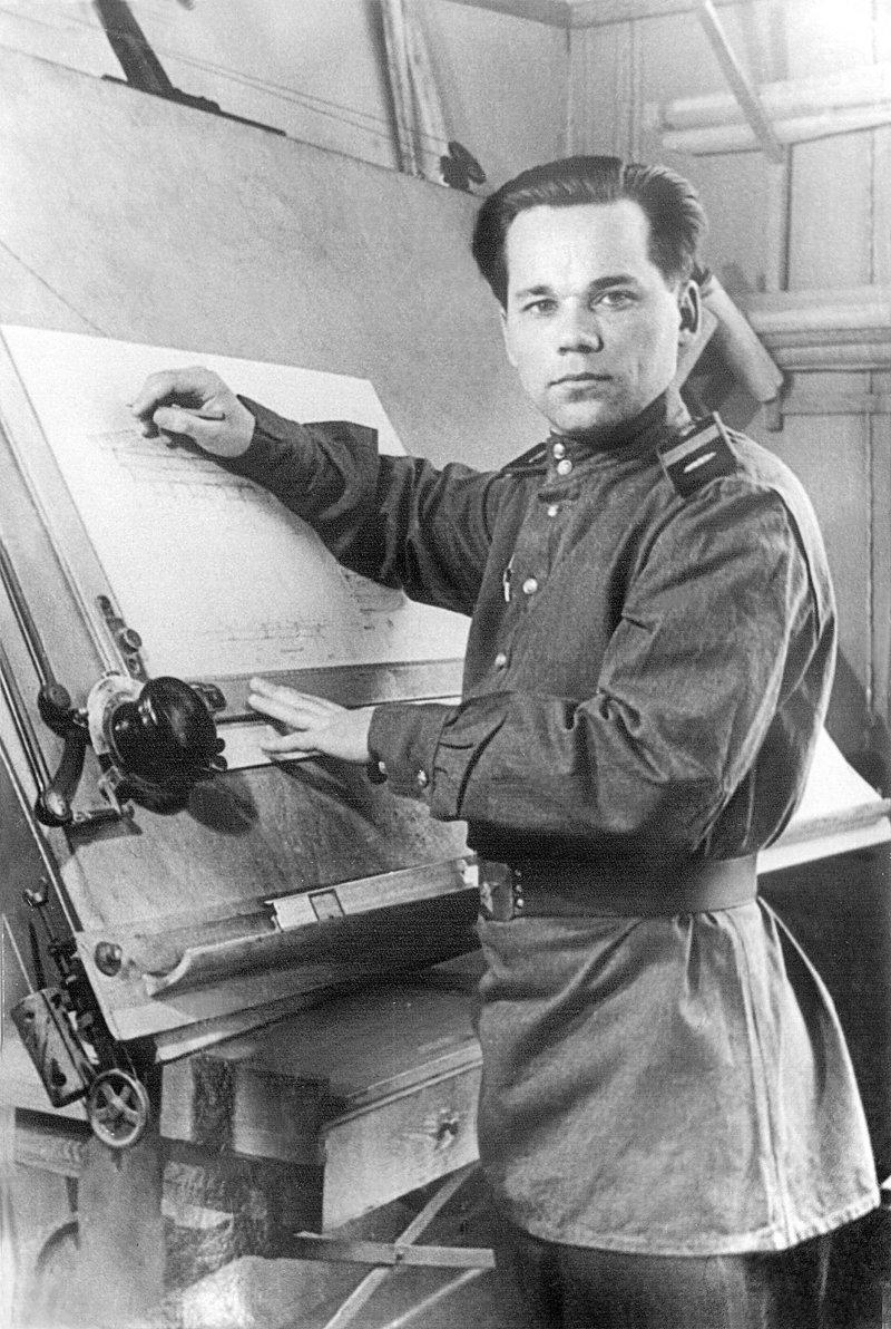 Михаил Тимофеевич Калашников. На снимке он еще совсем молодой конструктор