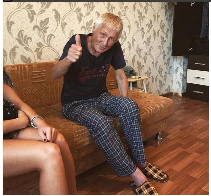 Родственники выставили Анатолия Юрьевича из квартиры, оставив на улице беспомощного.