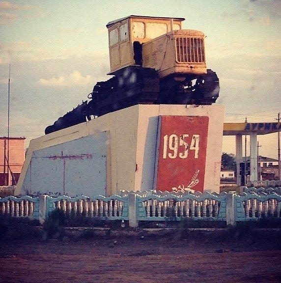 В Казахстане продолжают ухаживать за памятником покорителям целины