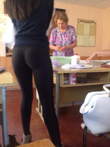Некоторые так спешат в школу, что забывают надеть юбку... а учителя думаю, что мода такая... девушки, образовование, прикол, учитель, школа, школьники, юмор