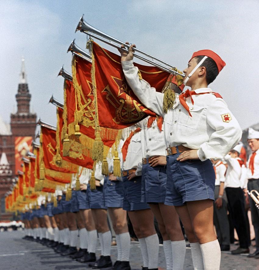 Так пионеры празднуют 45-летие своей организации в 1967 году