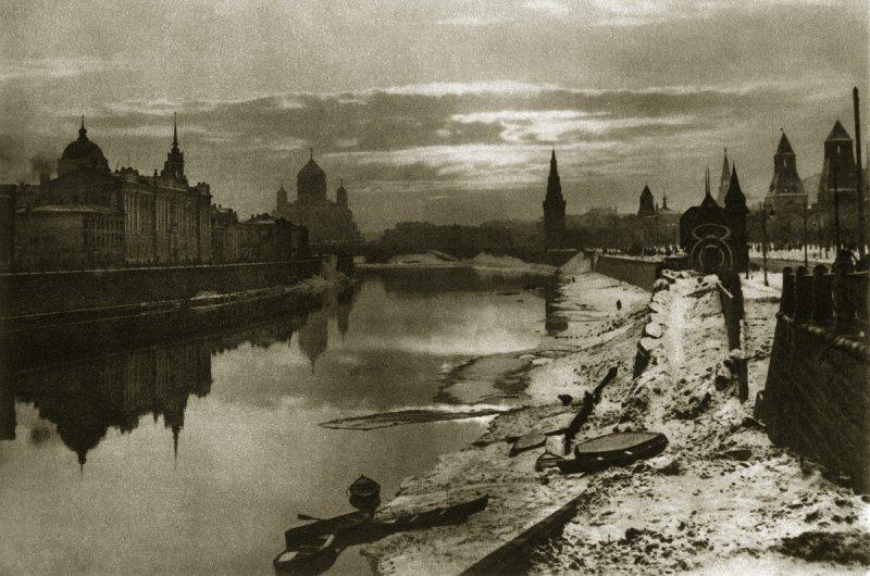 Вид Москвы-реки, Кремля и Храма Христа Спасителя с Большого Москворецкого моста, 1920