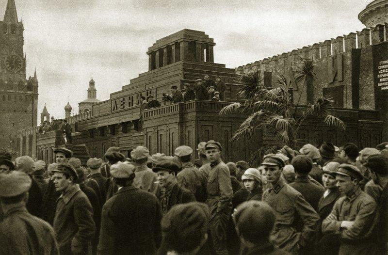 Мавзолей Ленина - еще деревянный