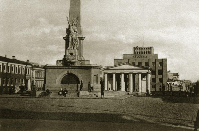 Советская статуя свободы на Тверской площади (сейчас там памятник Долгорукову), 1920-е
