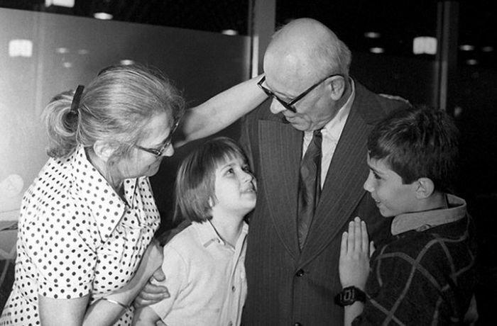 Советский физик Андрей Сахаров с семьей, 1987 год