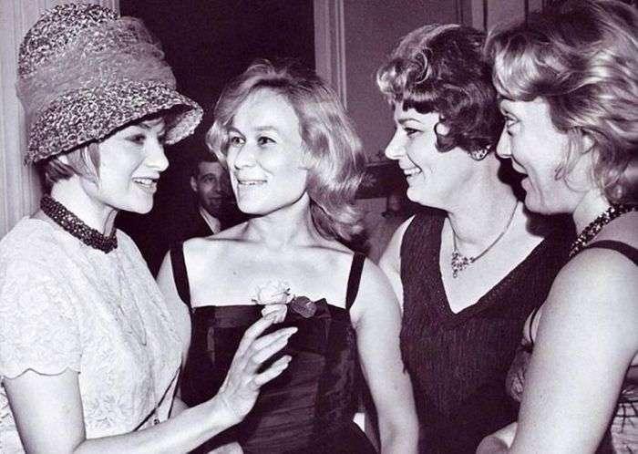 Иностранные актрисы окружили Майю Булгакову на Международном московском кинофестивале, 1960-е