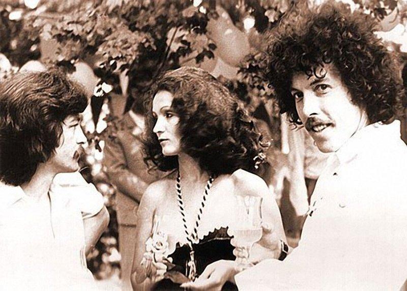 На первом фото - рок-группа «Машина времени» и София Ротару