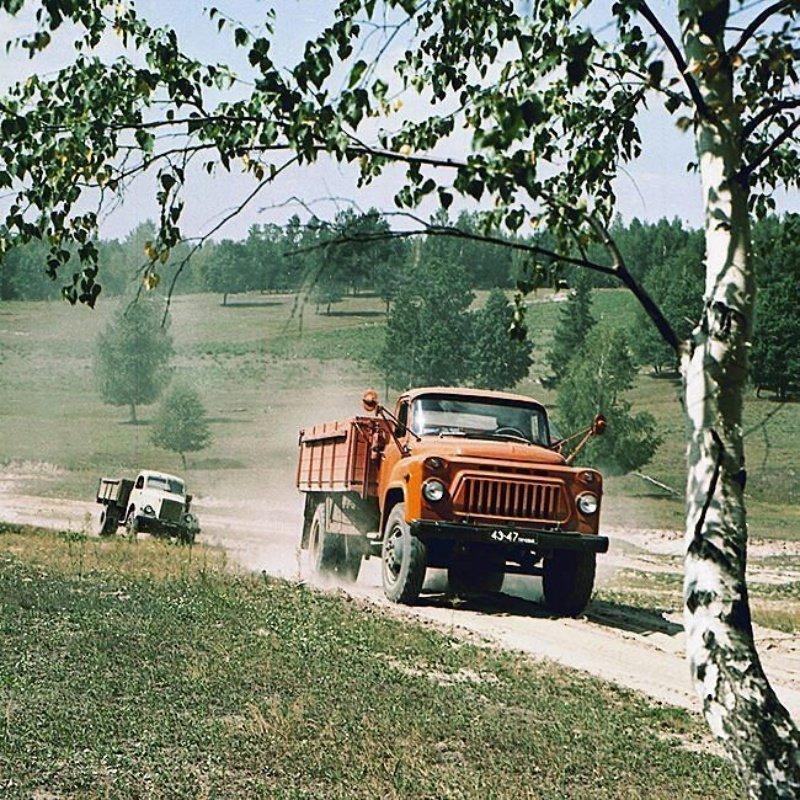 Грузовики ГАЗ-51 и ГАЗ-52, рассекают по дорогам в 1973 году
