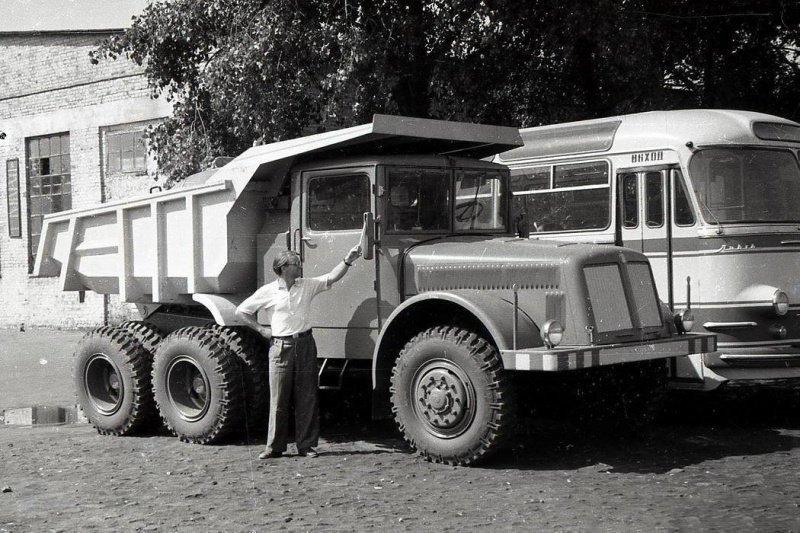 А это Tatra-T147 DC5, рядышком автобус ЛАЗ-695E.