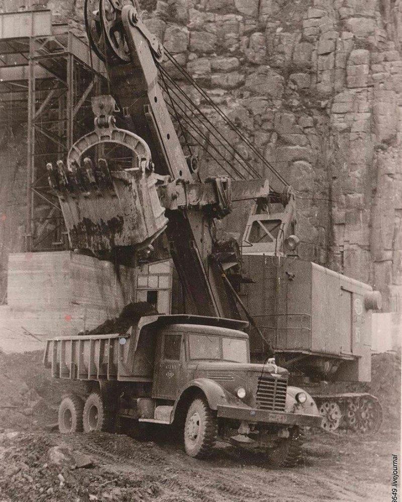 Трехосный тяжелый грузовик ЯАЗ-210