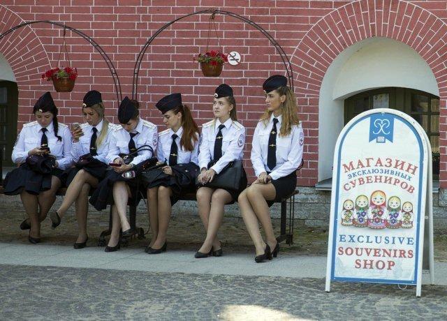А теперь давайте задумаемся - что здесь делают эти девушки в форме?
